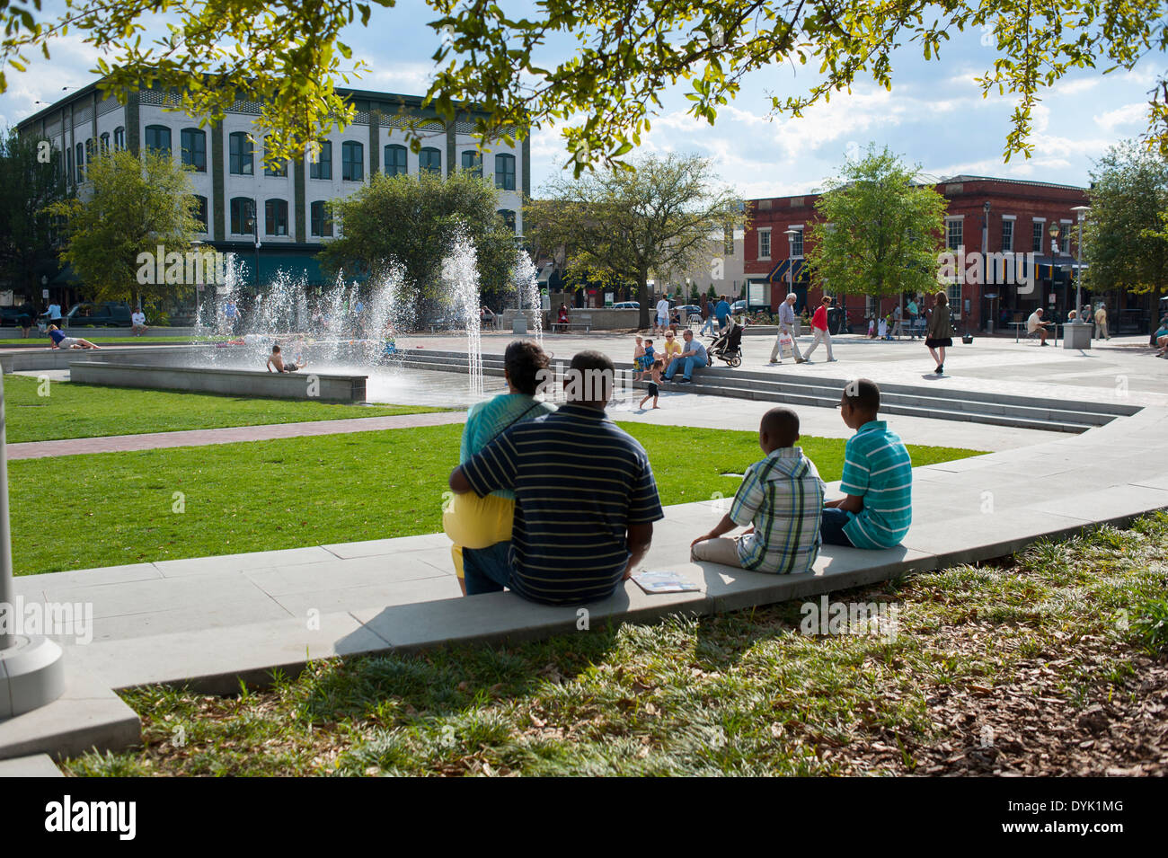 usa-georgia-ga-savannah-ellis-square-and-fountain-families-enjoying-DYK1MG.jpg