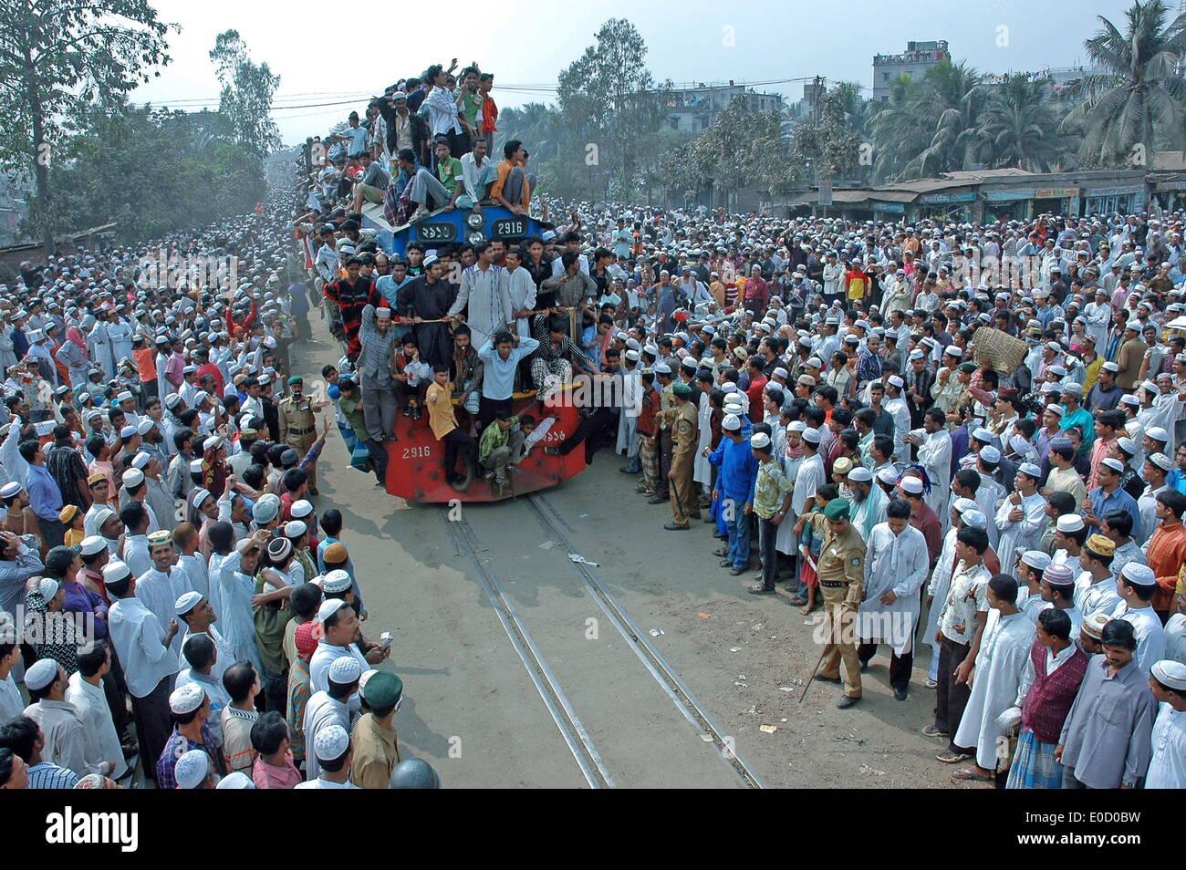 https://c7.alamy.com/comp/E0D0BW/overcrowded-train-and-station-for-join-the-akheri-munajat-bishwa-ijtematongi-E0D0BW.jpg