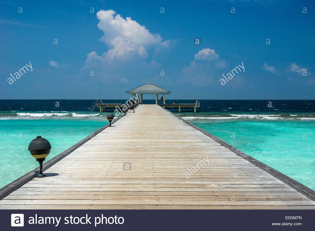 Maldives : jetty (pier) of Royal Island resort and spa on Horubadhoo island - Baa atoll - Stock Image