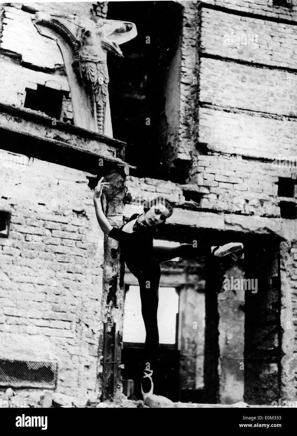 Veronika Mlakar doing ballet at a large house destroyed by bombing - Stock Image