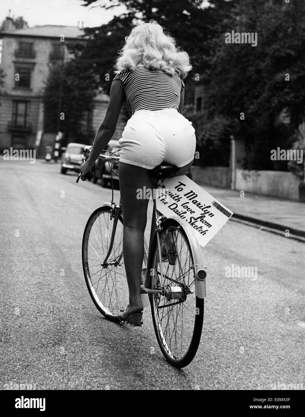 Marilyn Monroe riding her bicycle - Stock Image