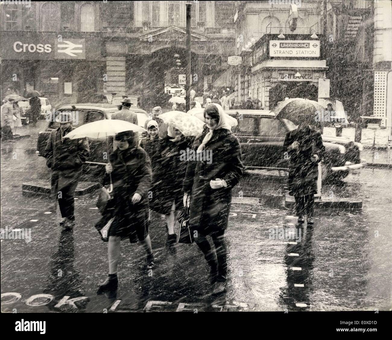 Apr. 14, 1966 - Heavy snow hits London and the South of England: A heavy Snowstorm hit London and South of England Stock Photo