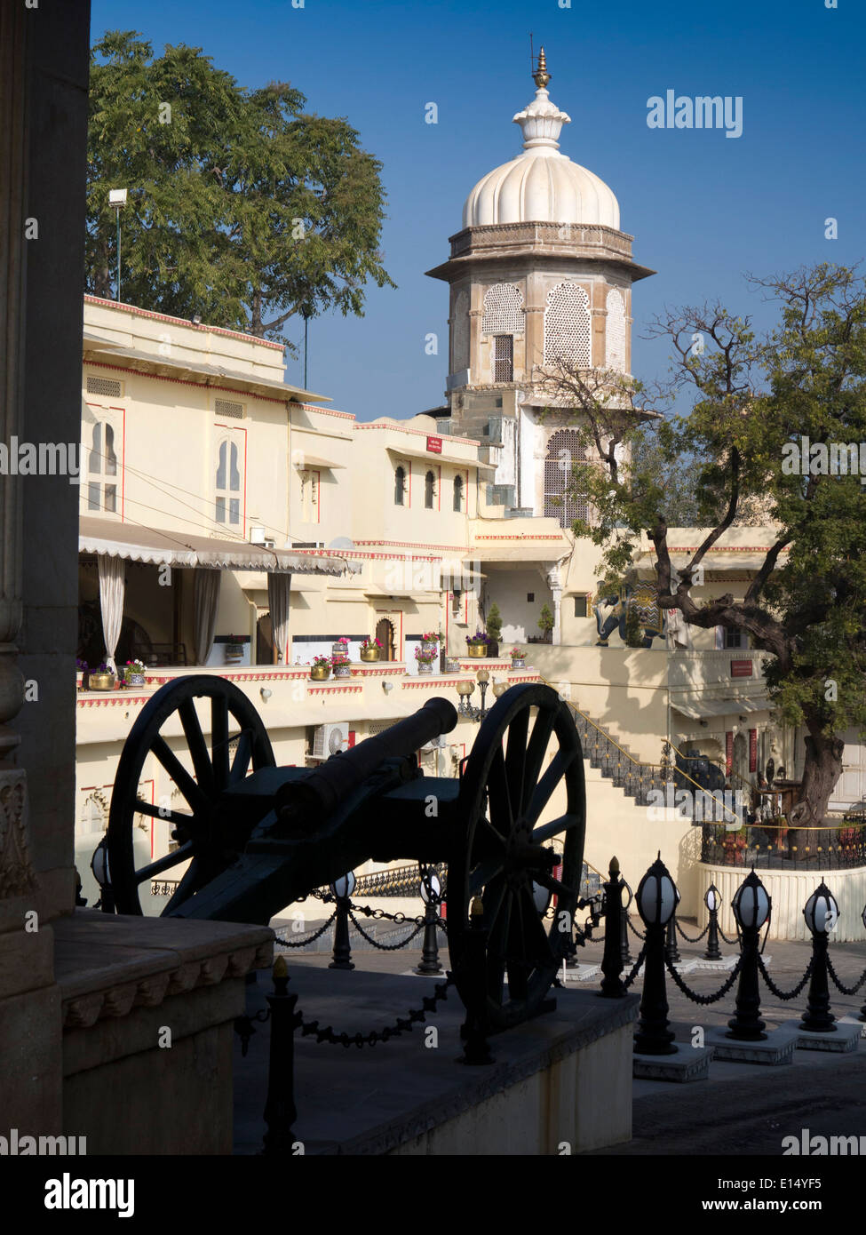 India, Rajasthan, Udaipur, City Palace, Badi Pol, cannon at Ghadiyal ki Chatri - Stock Image
