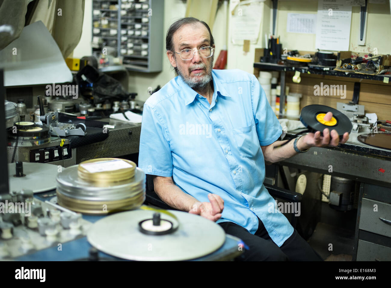 Tony Scott at the Steenbeck editing machine in his film lab - Stock Image