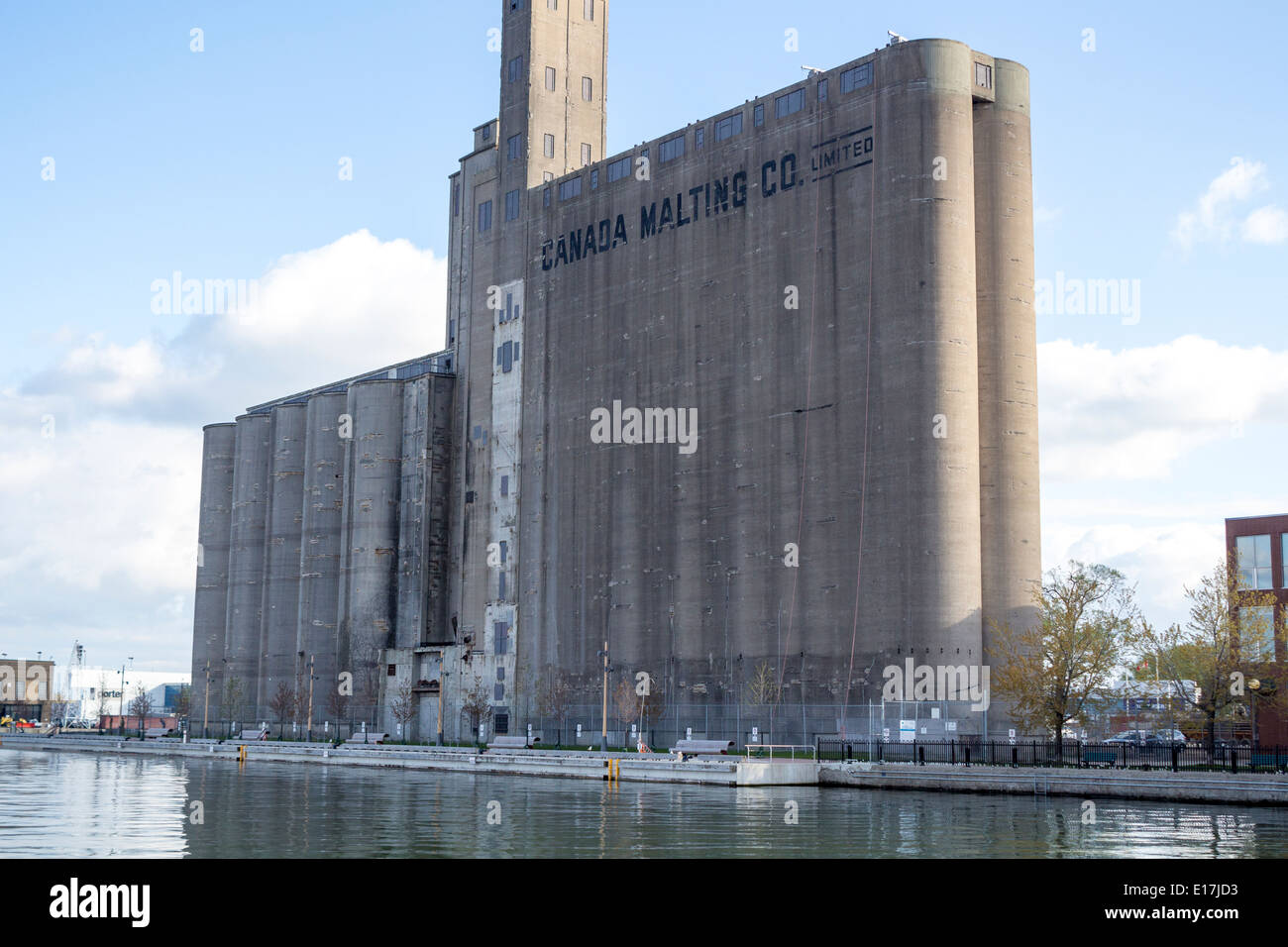 canada-malting-building-grain-silos-on-t