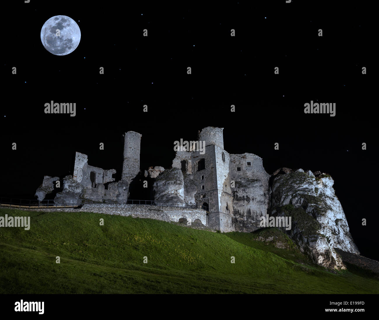 Full moon above ruins of castle, Ogrodzieniec, Poland. - Stock Image