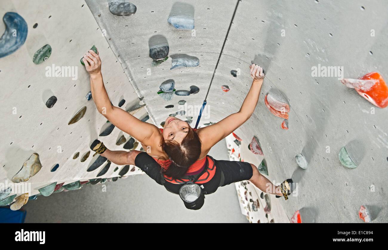 Woman climbing at indoor climbing centre - Stock Image
