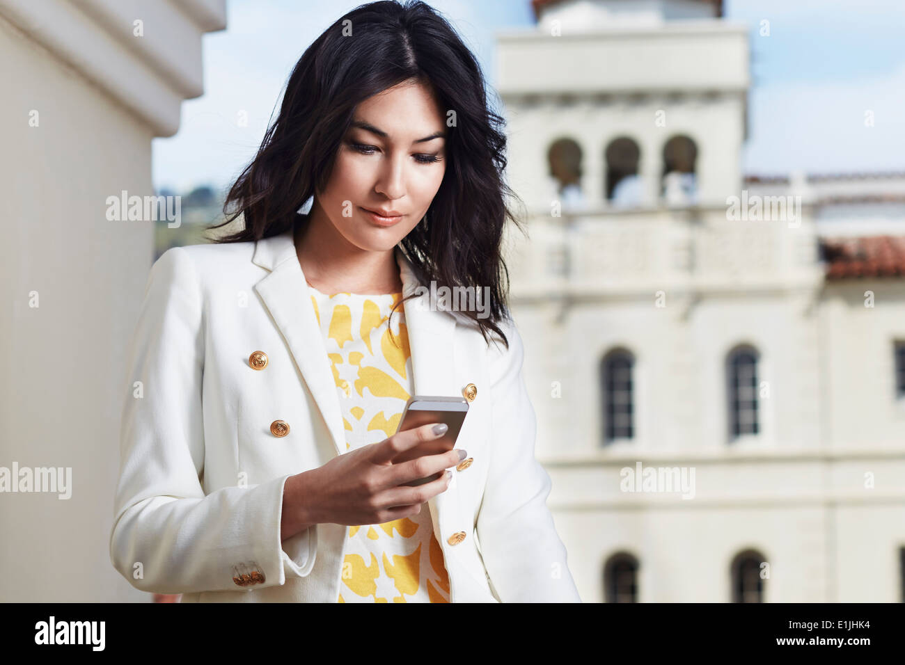 Young woman texting on smartphone - Stock Image