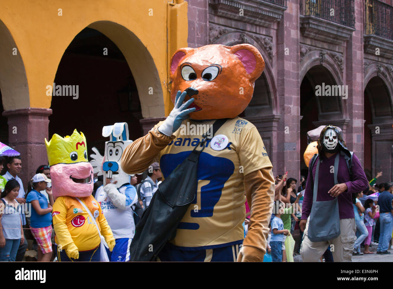 Mexicans dress in costumes and participate the DIA DE LOS LOCOS PARADE - SAN MIGUEL DE ALLENDE, GUANAJUATO, MEXICO - Stock Image