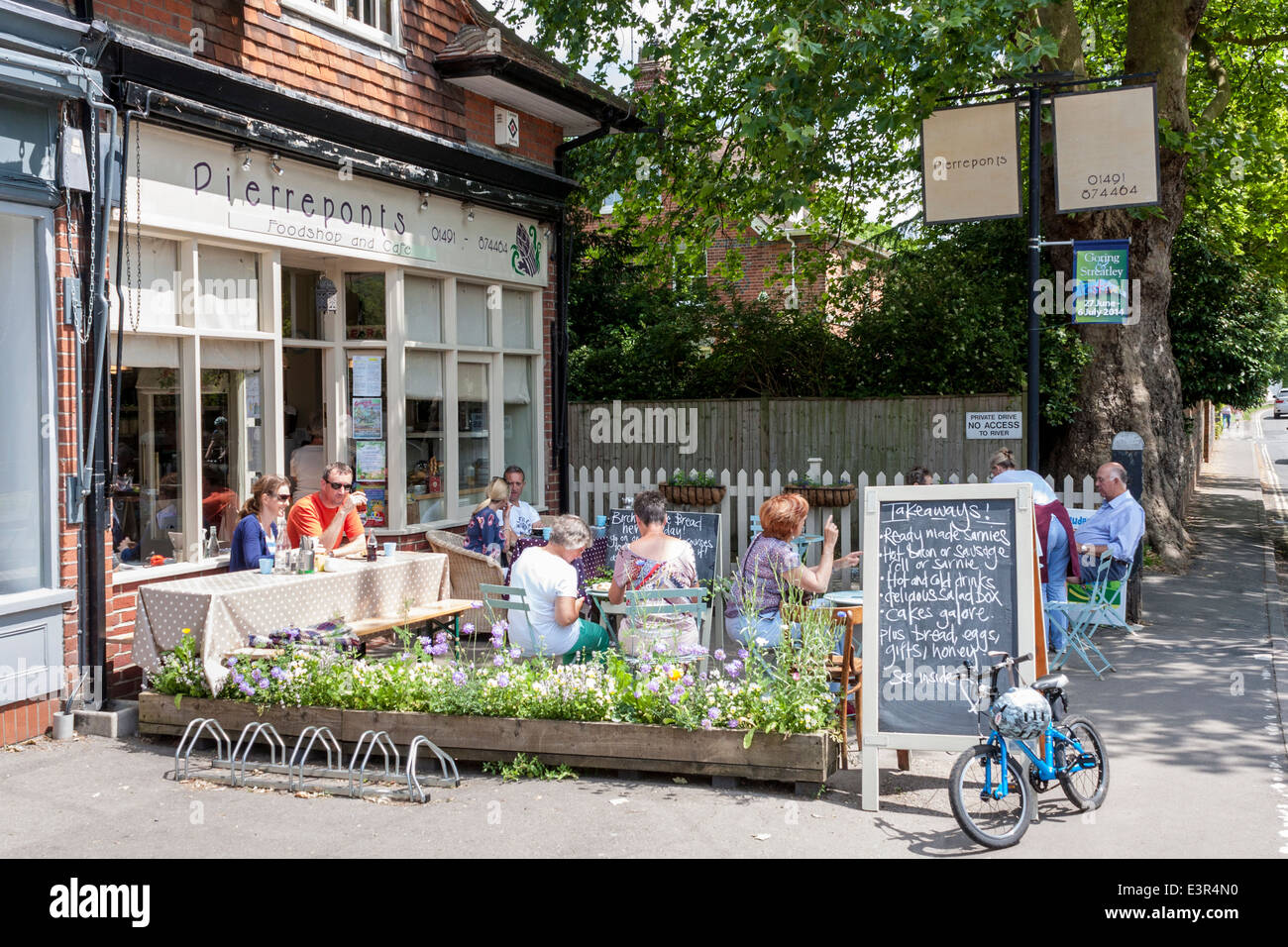 Customers eating outside a café. Goring-on-Thames, Oxfordshire, England, GB, UK. Stock Photo