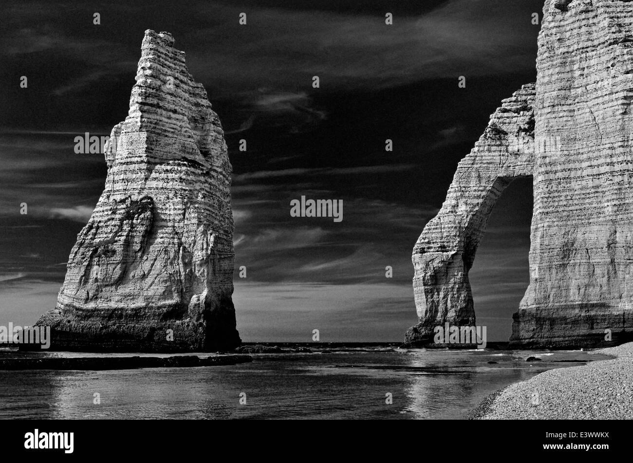 France, Normandy: Rock arc of beach Etretat - Stock Image
