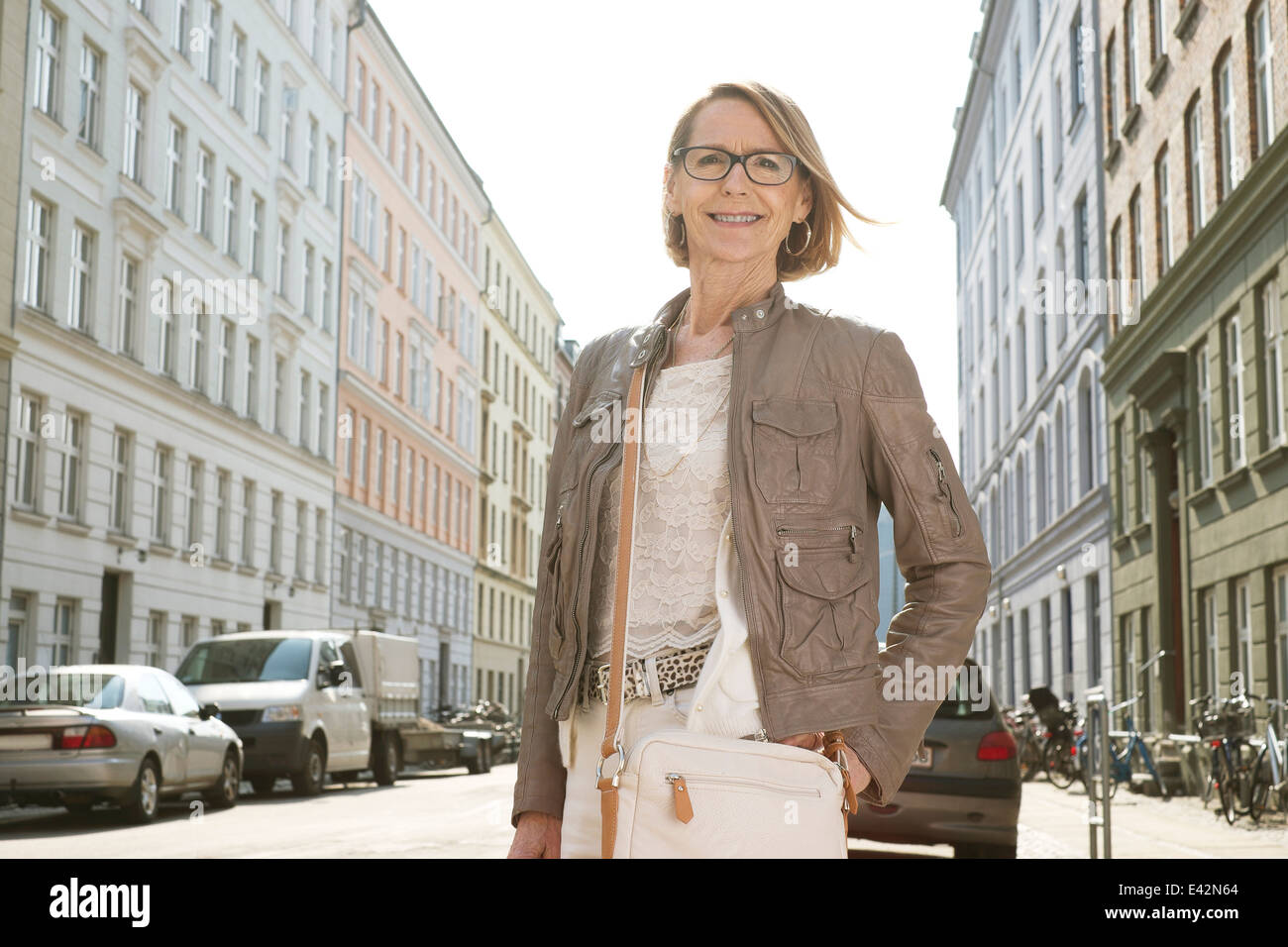 Portrait of senior woman shopping in the city - Stock Image