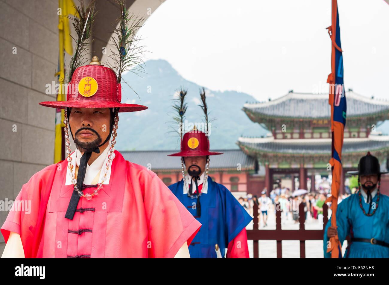 A royal guard keeps watch at Gyeongbokgung Palace on July 5, 2014 in Seoul, South Korea. - Stock Image