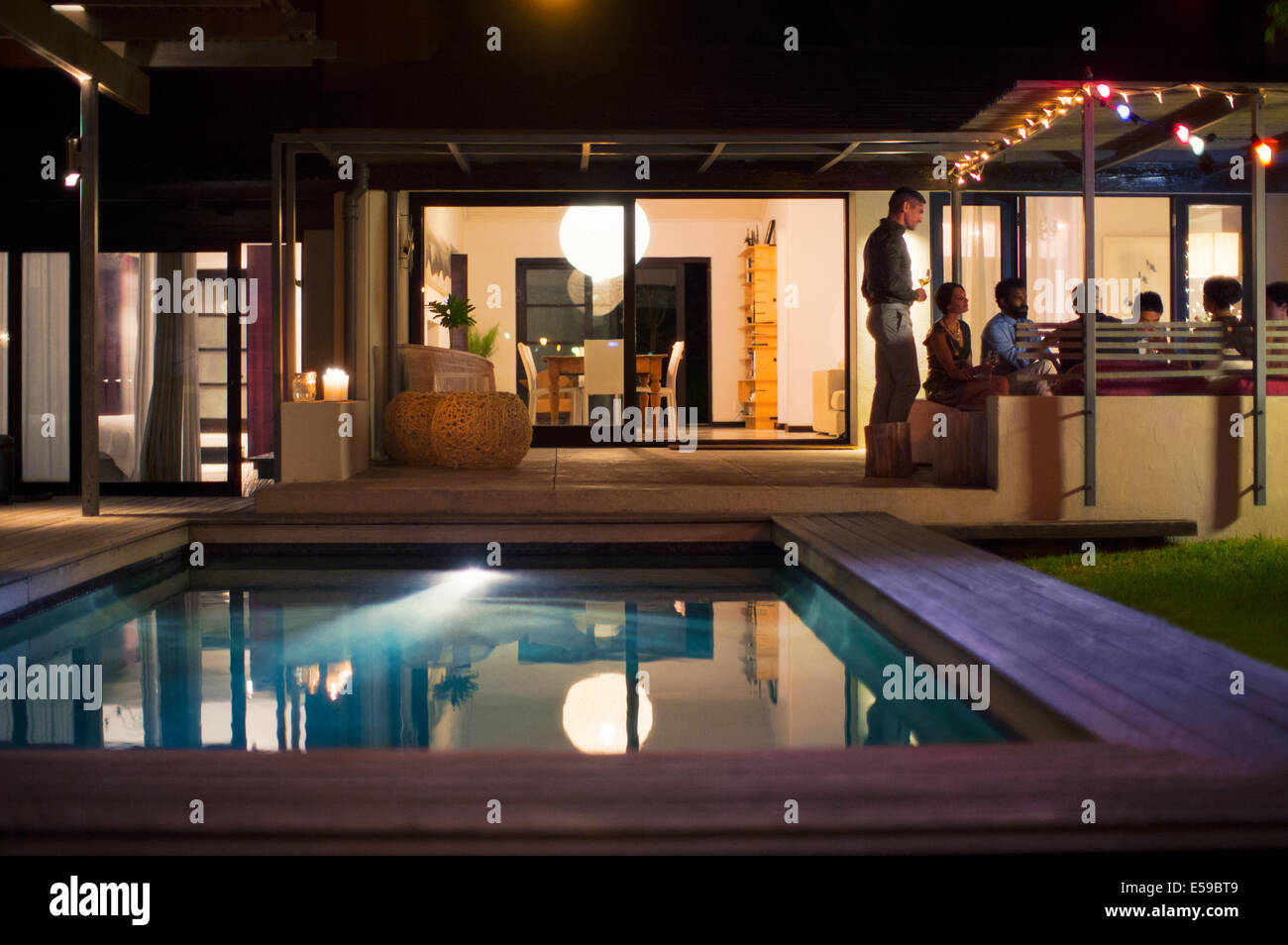 Empty pool in backyard of modern house - Stock Image