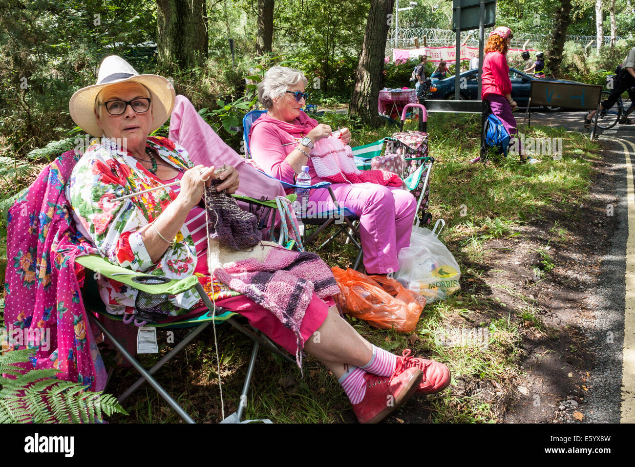Aldermaston, Berkshire, England, GB, UK. 9th August 2014. A 7 mile (11km) long hand-knitted 'scarf' was unrolled Stock Photo