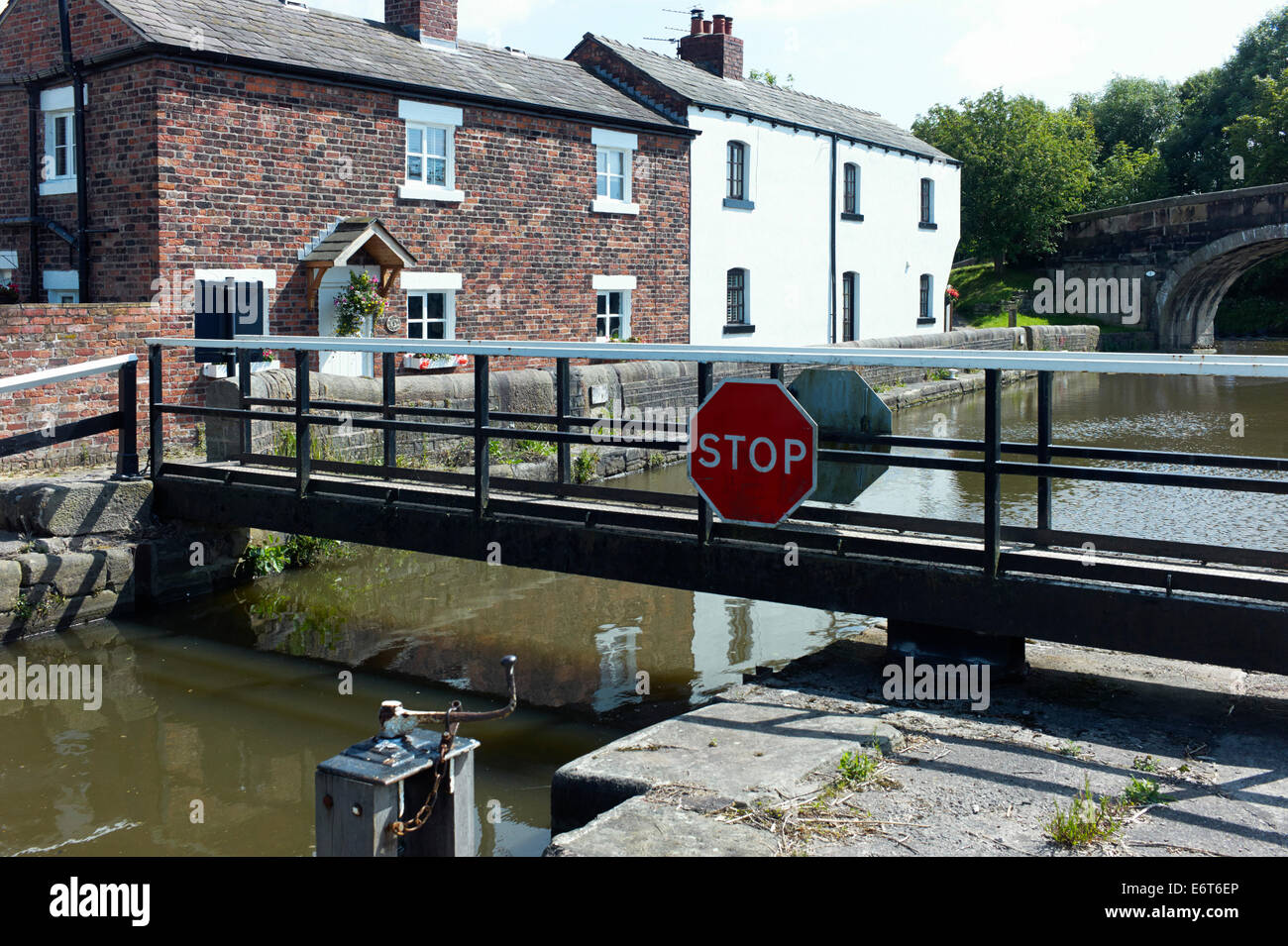 Cottages at Rufford top lock, Burscough - Stock Image