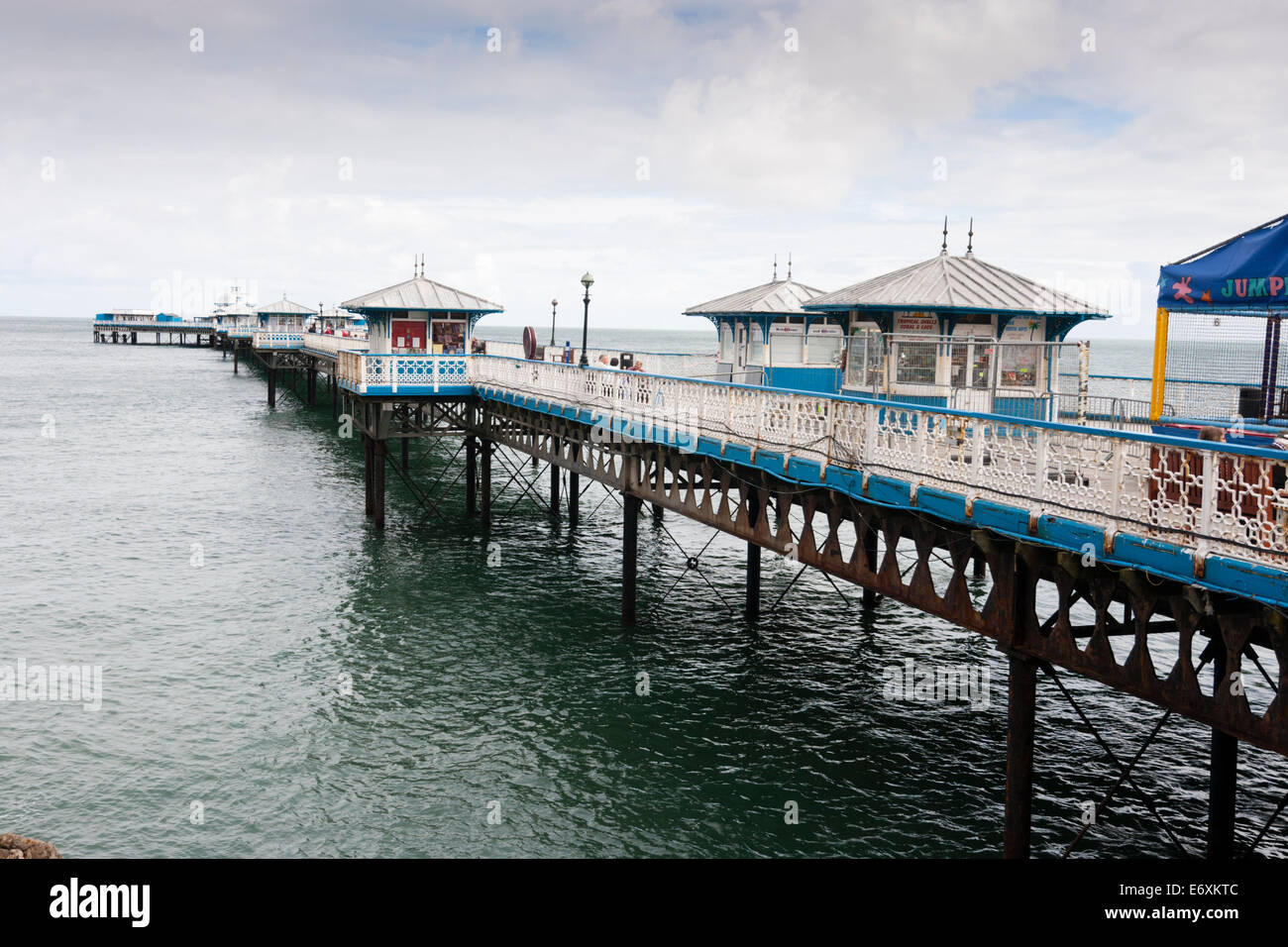 wide-angle-view-of-llandudno-pier-north-wales-E6XKTC.jpg