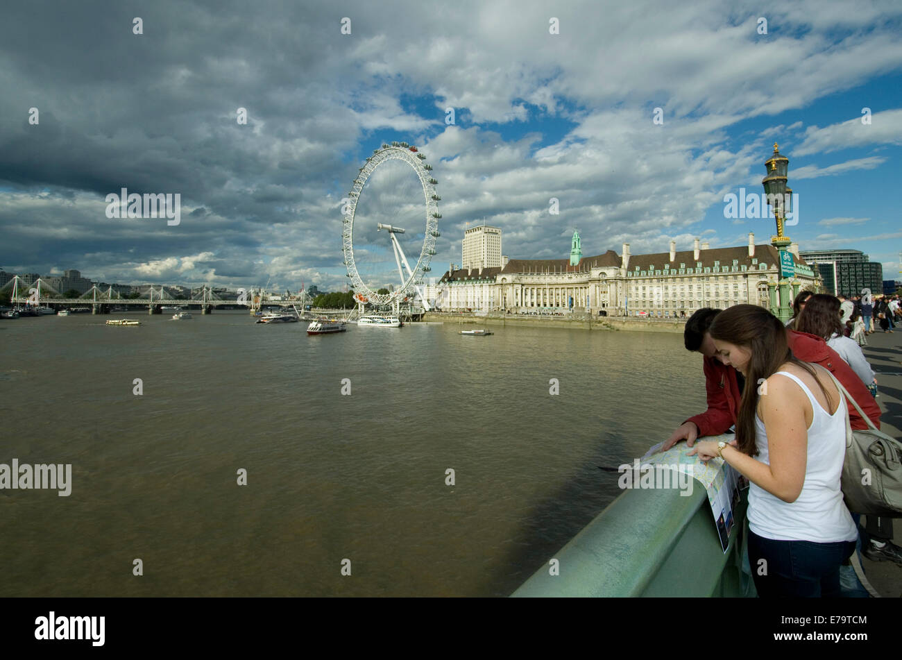 tourists-looking-at-a-map-on-westminster