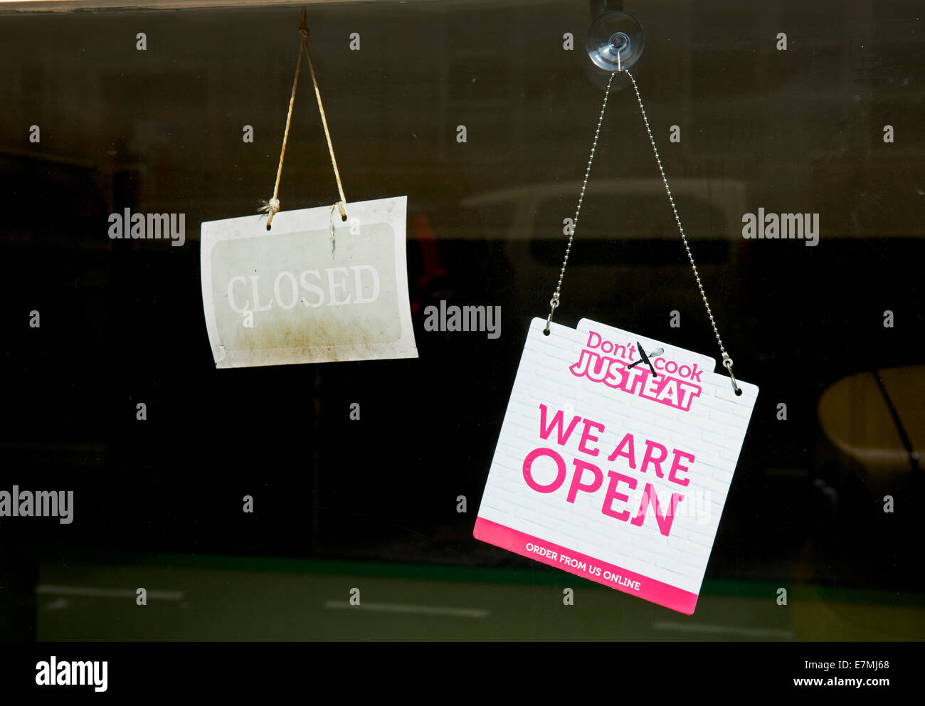 signs-on-shop-door-open-and-closed-england-uk-E7MJ68.jpg