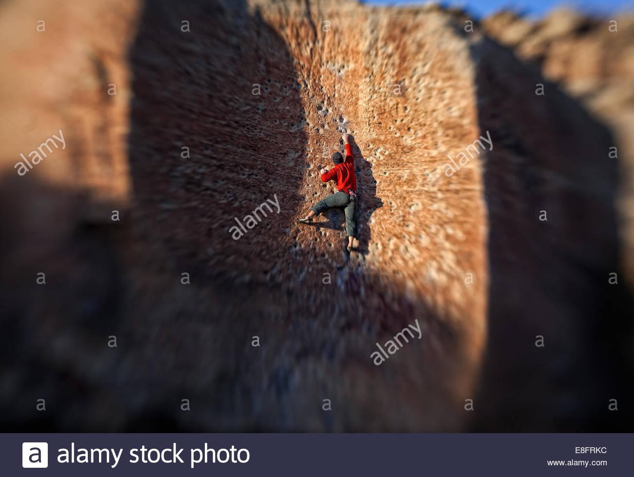 USA, Colorado, Mesa County, Grand Junction, Rear view of rock climber - Stock Image