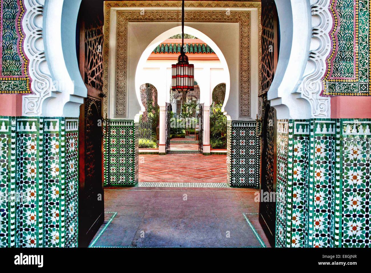 Morocco, Marrakesh-Tensift-El Haouz, Province Marrakesh, Marrakesh, Hotel interior with archway - Stock Image