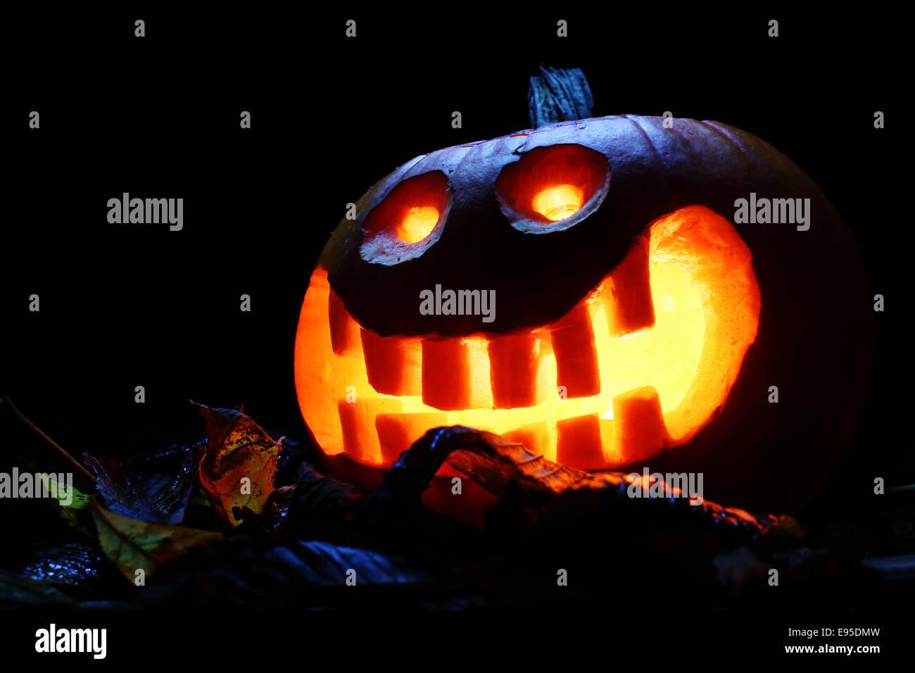 halloween-pumpkin-lantern-at-night-with-