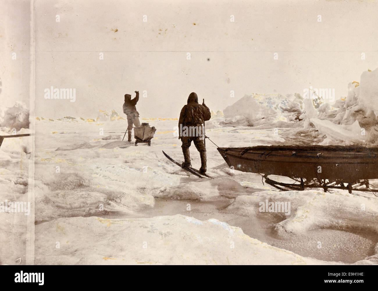 Fredrik Hjalmar Johansen og Fridtjof Nansen trekker kjelkene på vei sørover, 1896 Stock Photo