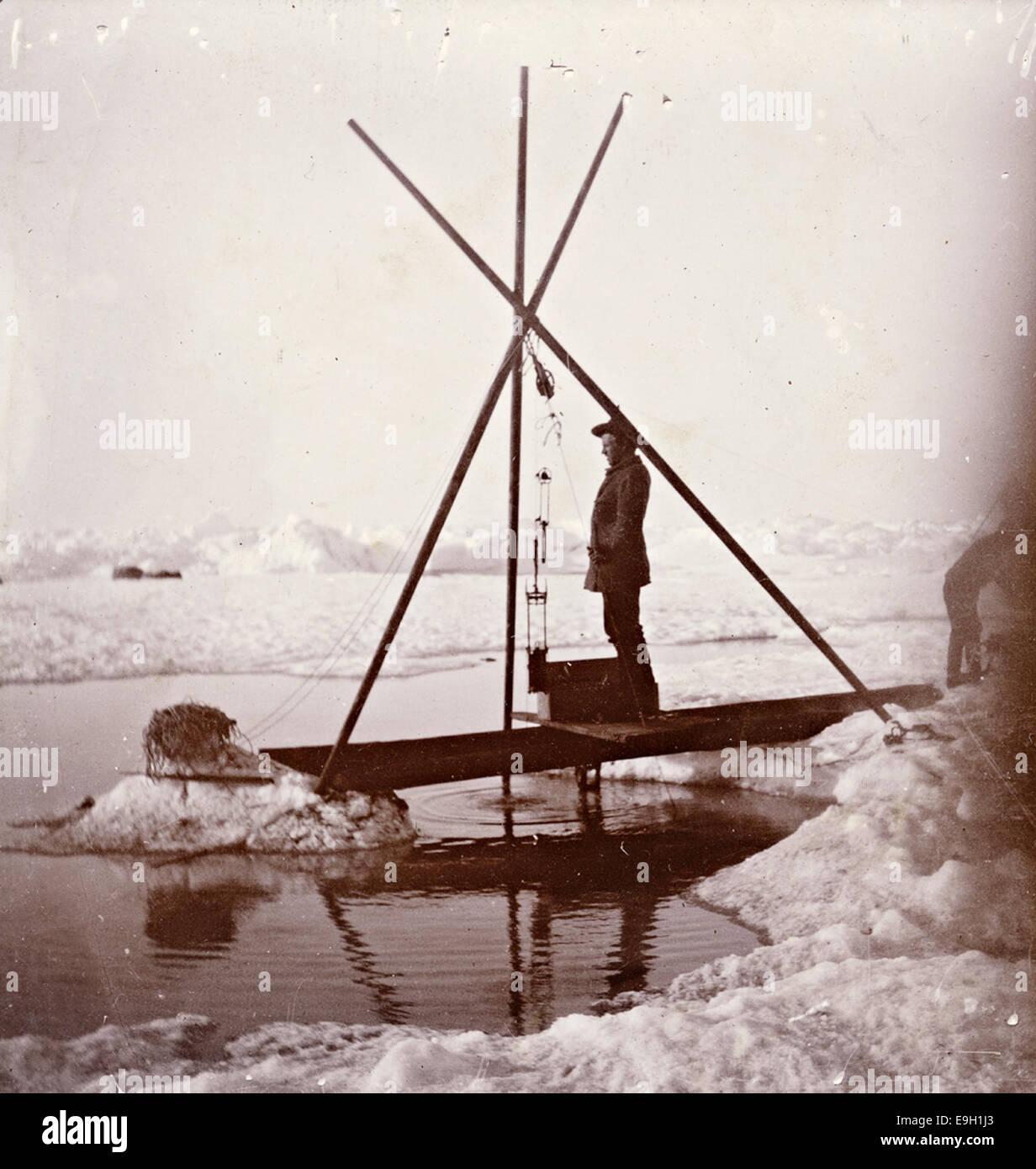Fridtjof Nansen måler dypvannstemperatur, 1894 Stock Photo