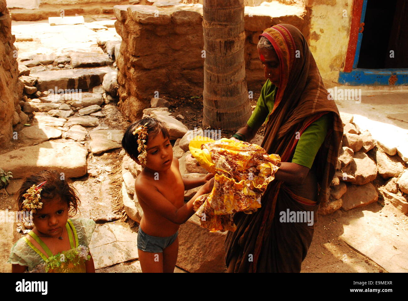 Mother and children, south Indian village, Aihole - Stock Image