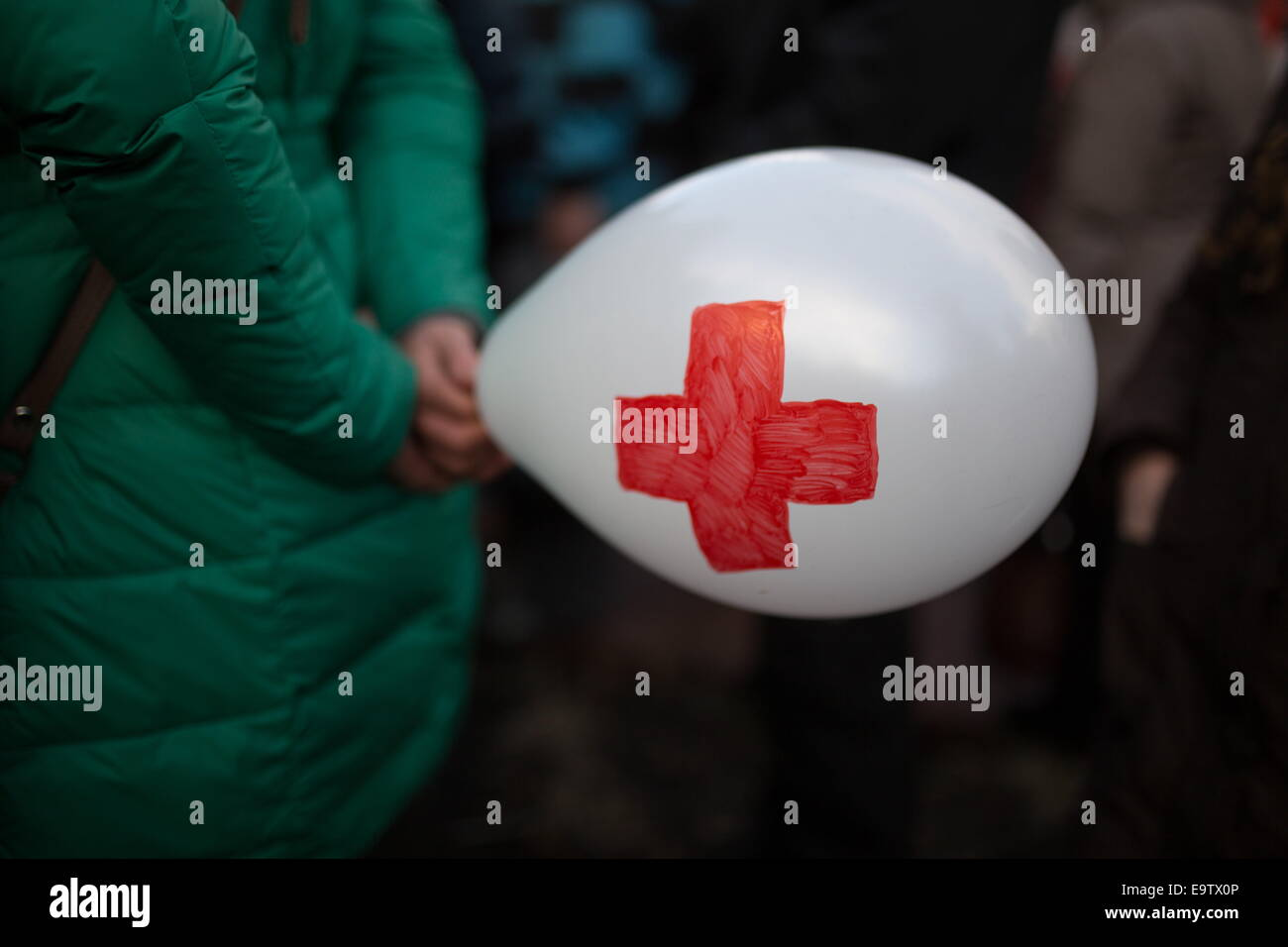 Moscow, Russia. 2nd Nov, 2014. A demonstrator with a balloon bearing a red cross during a protest in central Moscow's - Stock Image