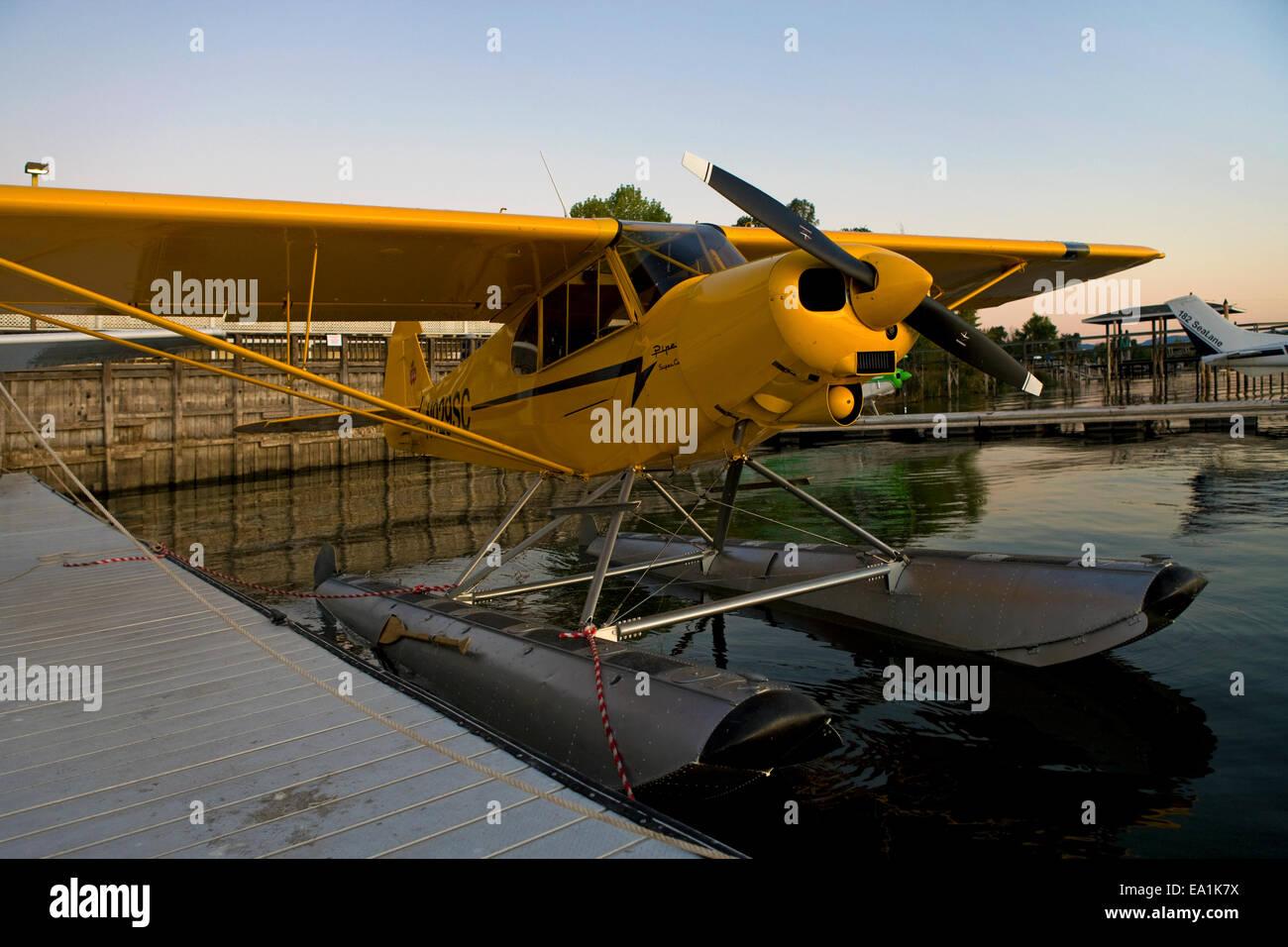 Piper Super Cub on Floats docked at the Sky Lark Motel dock, Seaplane Splash-In, Lakeport, California, Lake County, - Stock Image