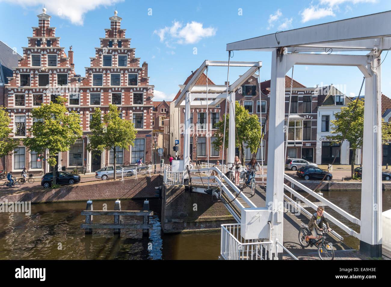 https://c7.alamy.com/comp/EA9H3E/haarlem-wooden-drawbridge-for-bicycles-bikes-cycles-gravestenen-bridge-EA9H3E.jpg
