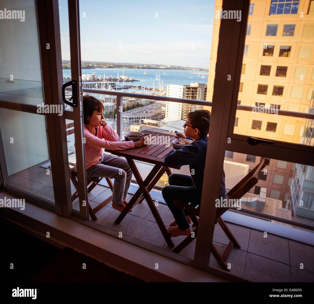 Breakfast on tiny balcony, Auckland - Stock Image