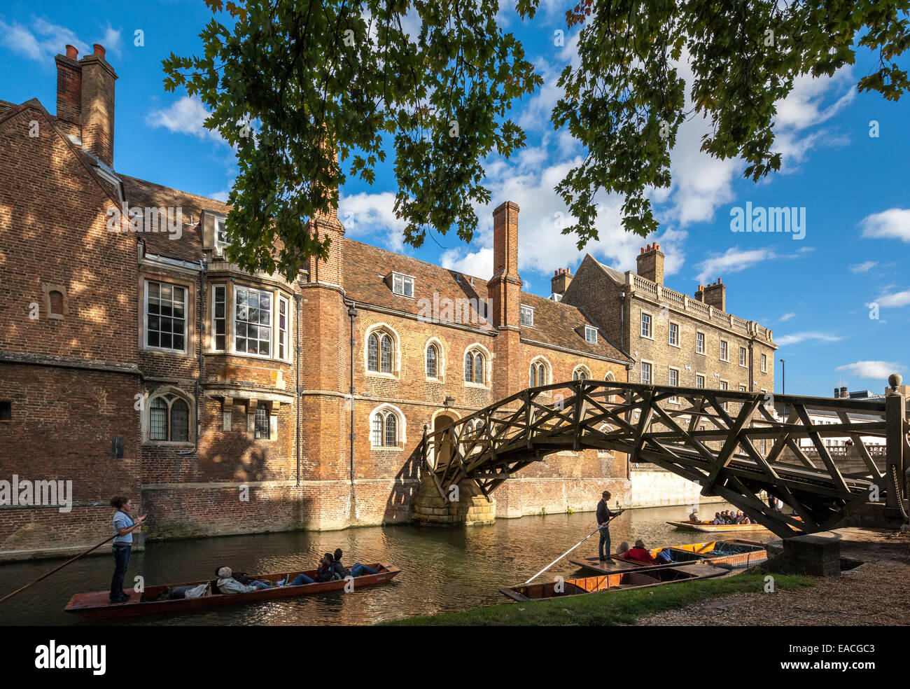 https://c7.alamy.com/comp/EACGC3/cambridge-mathematical-bridge-on-the-river-cam-at-queens-college-with-EACGC3.jpg