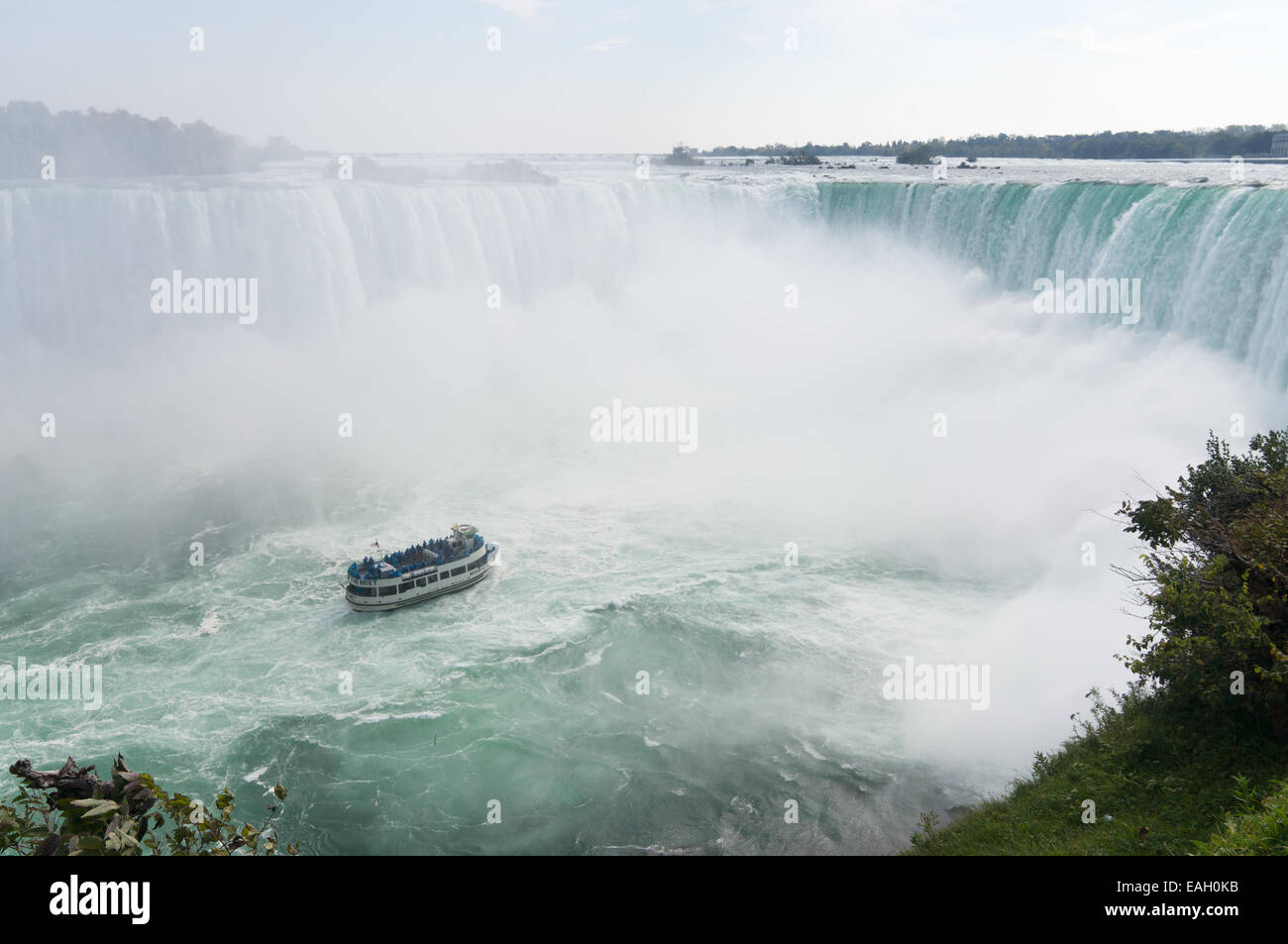 tourist-boat-maid-of-the-mist-at-the-bas