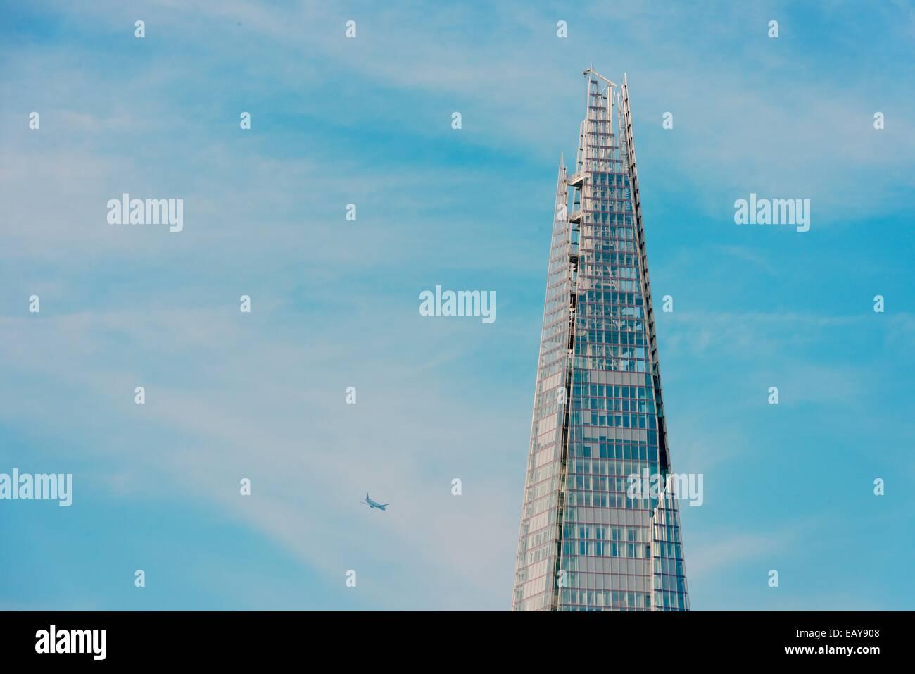 The Shard, London tall building, blue sky, aircraft - Stock Image