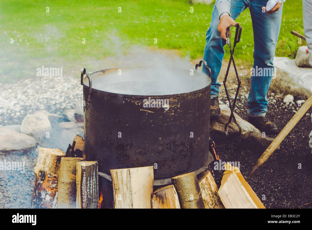 Man preparing fish boil - Stock Image