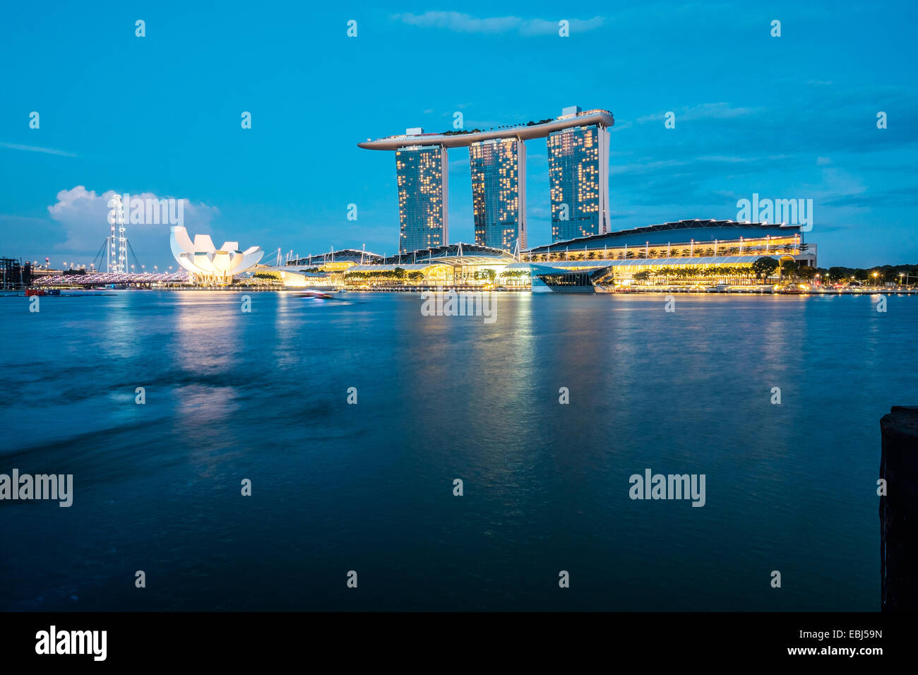 Modern architecture by the bay in Singapore - Stock Image