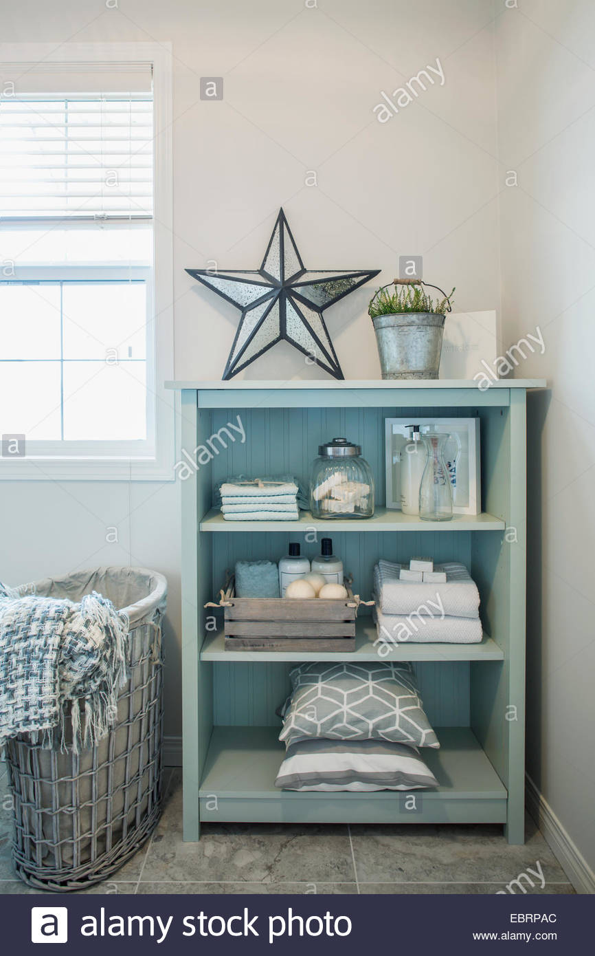 Towels and items on bathroom shelves Stock Photo: 76125124 - Alamy