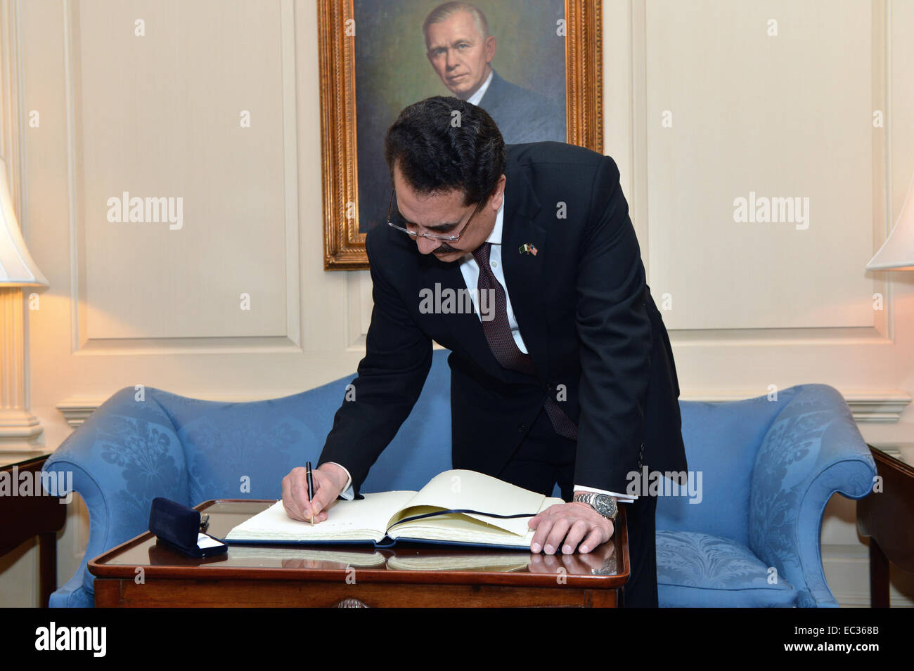Pakistan Chief of Army Staff Raheel Sharif signs the guest book at the Department of State in Washington, D.C., - Stock Image