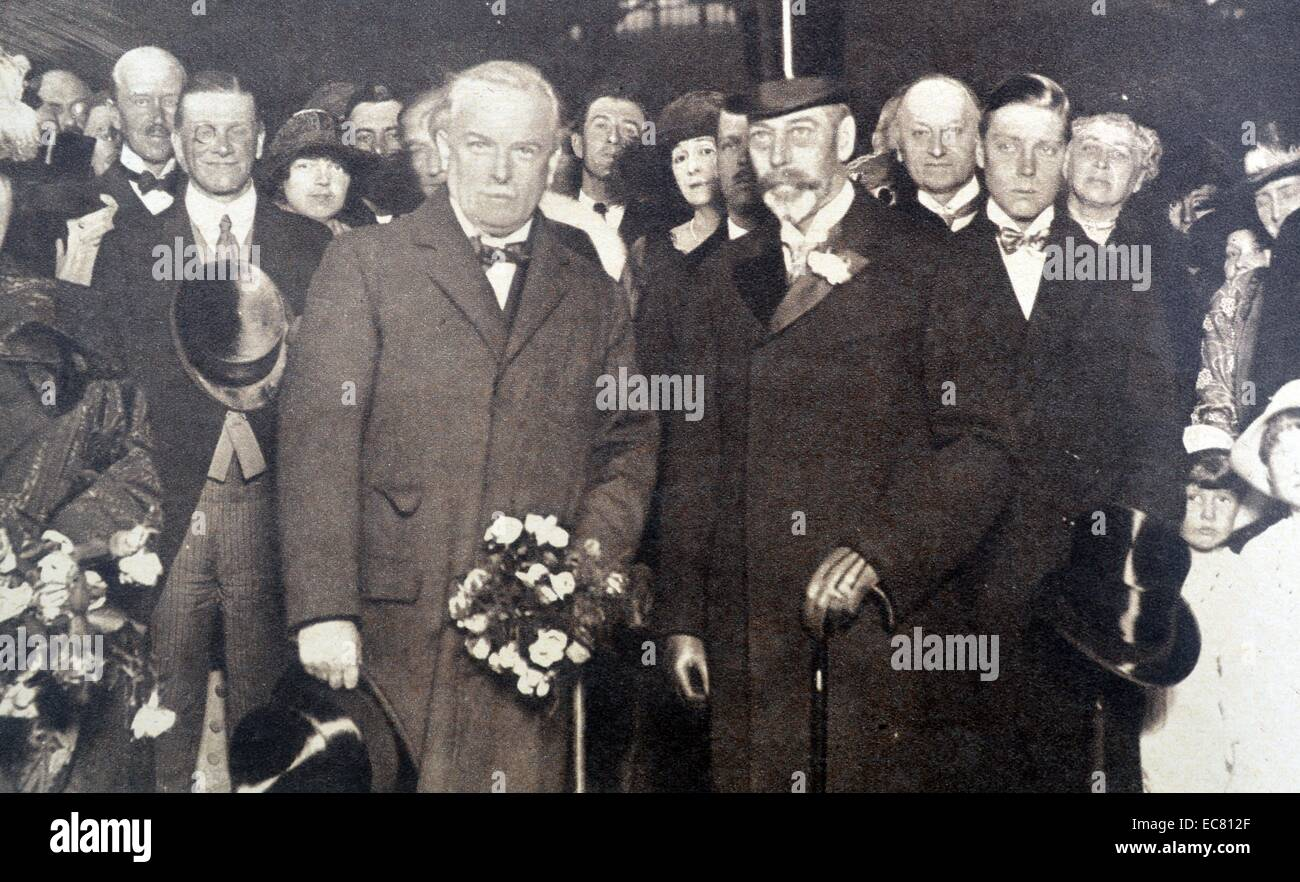 Photograph of King George V and Mr David Lloyd George at Victoria Station - Stock Image