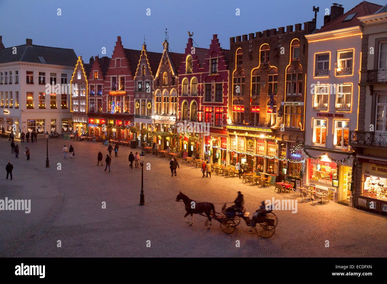 restaurants-and-cafes-in-market-square-markt-square-at-christmas-bruges-ECDFXN.jpg