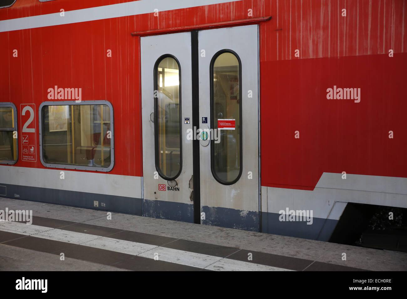 train door close db bahn german railway - Stock Image & Train Door Stock Photos \u0026 Train Door Stock Images - Alamy