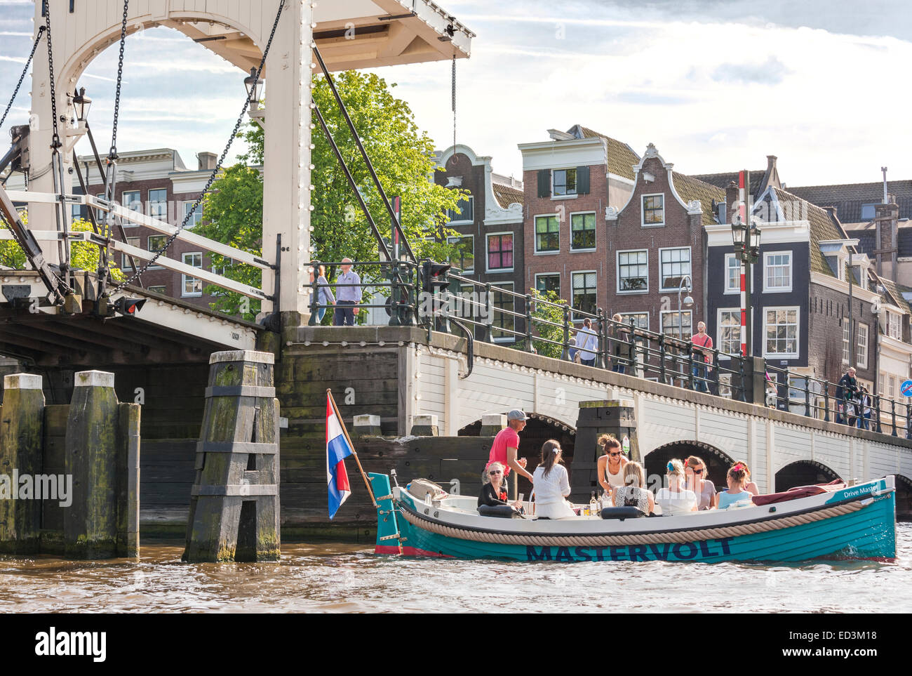 https://c7.alamy.com/comp/ED3M18/amsterdam-amstel-river-with-skinny-bridge-magere-brug-with-electric-ED3M18.jpg