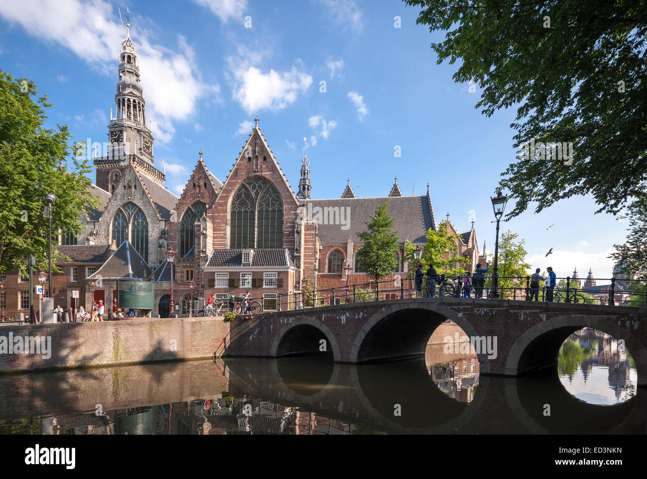 https://c7.alamy.com/comp/ED3NKN/amsterdam-de-oude-kerk-the-old-church-with-oudekerksbrug-old-church-ED3NKN.jpg