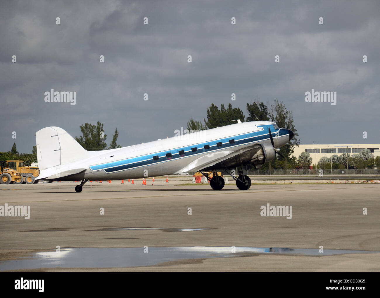 Retro DC-3 propeller airplane on the ground - Stock Image