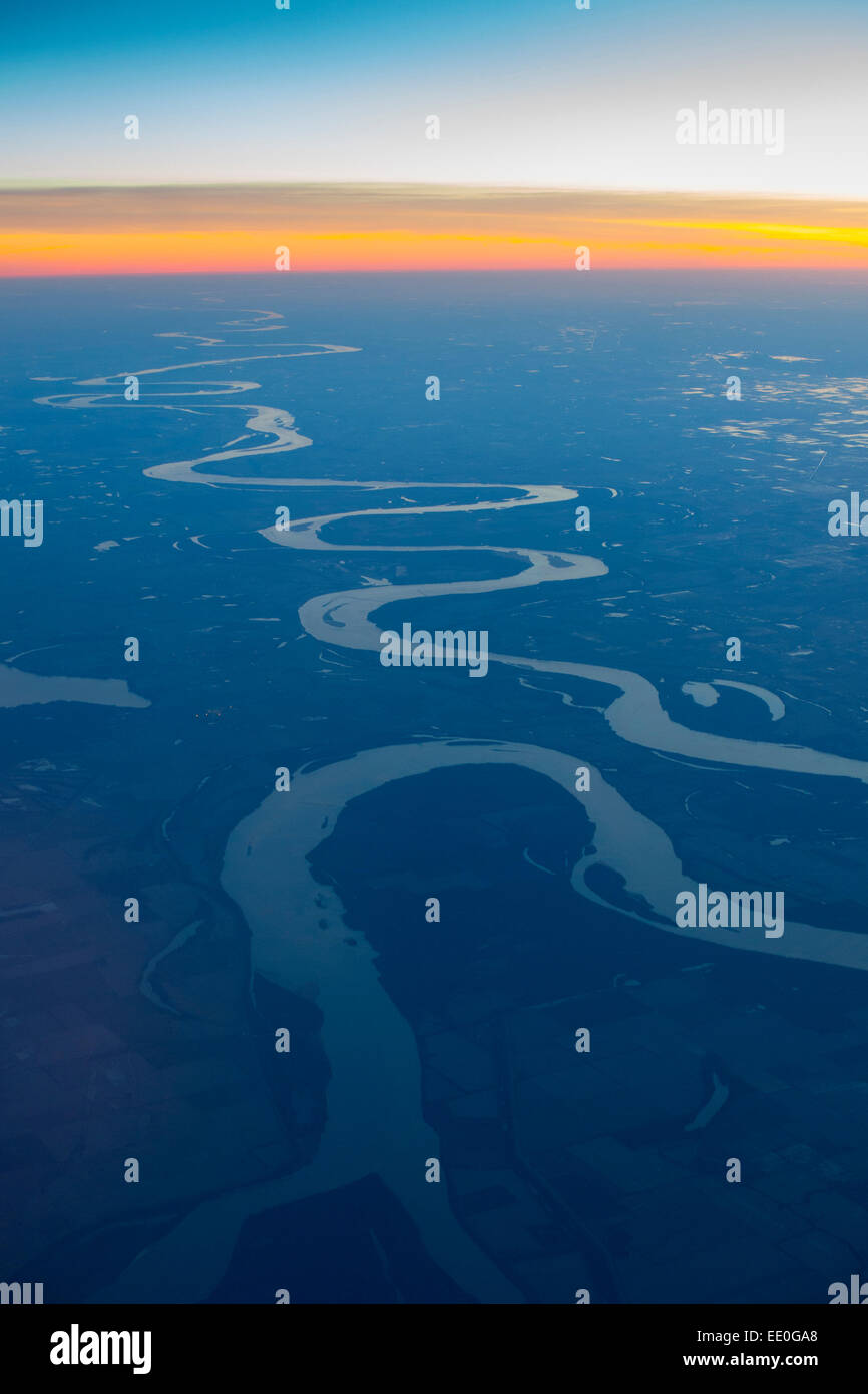 usa-rivers-mississippi-river-aerial-from-35000-feet-at-dusk-over-missouri-EE0GA8.jpg