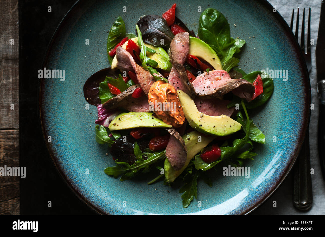 Mixed green salad with roast beef and smoked paprika aioli - Stock Image