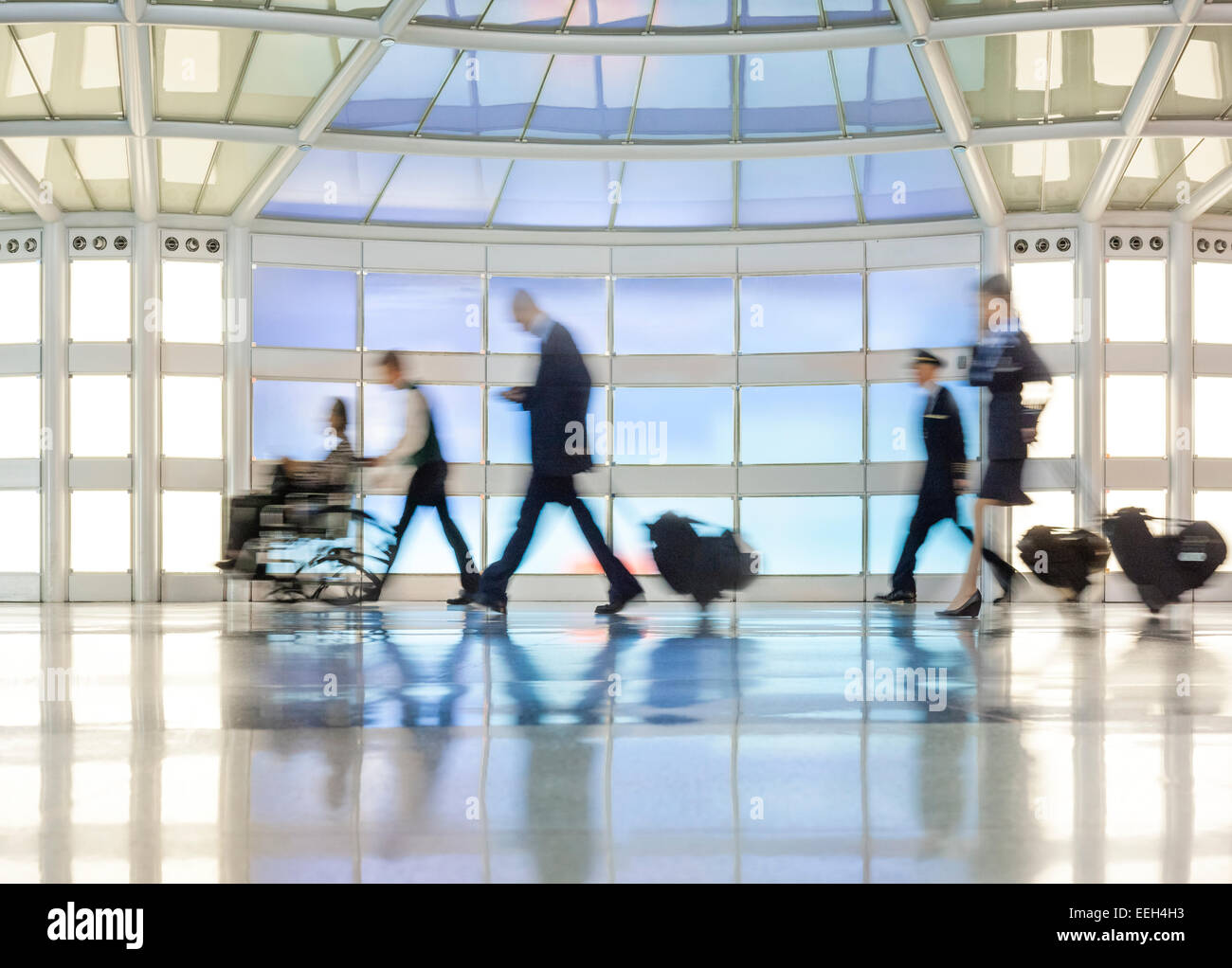 https://c7.alamy.com/comp/EEH4H3/united-terminal-pedestrian-tunnel-at-chicago-ohare-international-airport-EEH4H3.jpg