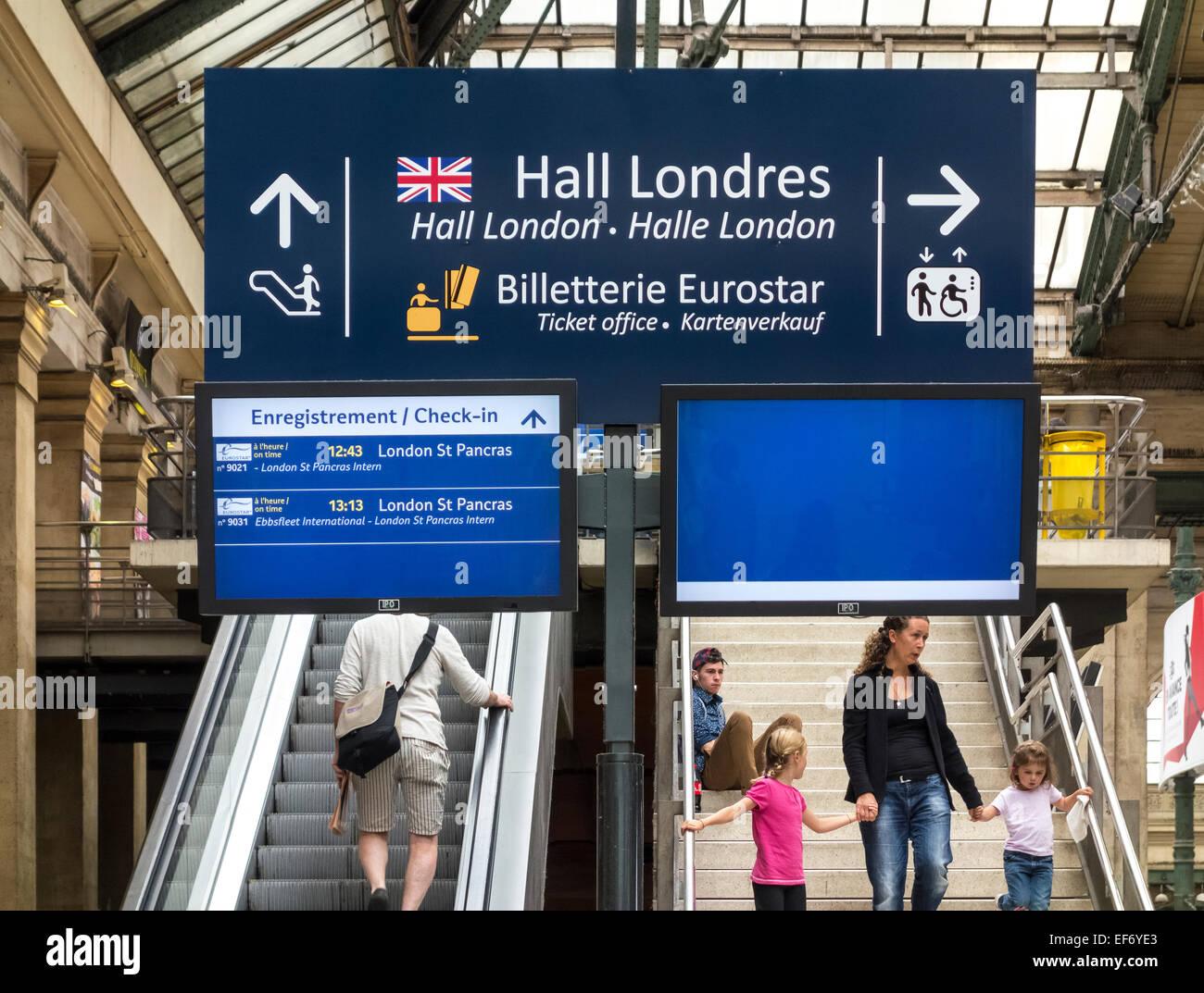 https://c7.alamy.com/comp/EF6YE3/paris-gare-du-nord-station-with-travelers-under-sign-pointing-to-paris-EF6YE3.jpg